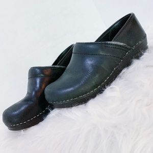 DANSKO | Black with silver stitching size 7 clogs